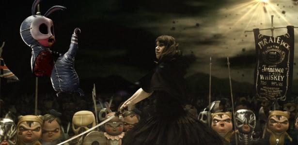 Alessandra Negrini luta contra seus demônios em cena de 2 Coelhos