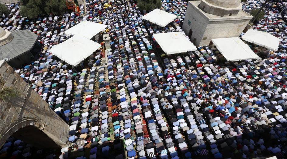 Miles fieles acuden a la mezquita de Al Aqsa