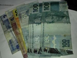 Dinheiro roubado pela suspeita foi entregue para a Polícia Civil (Foto: Divulgação/Polícia Civil)