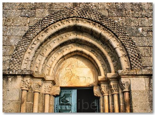 Capitéis e tímpano do portal da igreja românica de Fonte Arcada by VRfoto