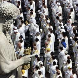 Sacerdoti in piazza san Pietro