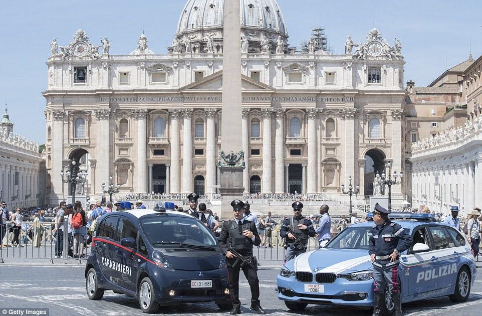 Alta segurança: O Vaticano está cercado por soldados e policiais paramilitares para a reunião dos líderes dos católicos do mundo e sua única superpotência