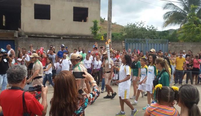 Atleta timotense Lucimar Moura foi a primeira a conduzir a Tocha Olímpica em Naque (Foto: George Gonçalves/ Arquivo Pessoal)