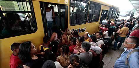 Mesmo após o Sindicato dos Rodoviários garantir a circulação normal de ônibus nesta quarta-feira (5), a população ainda poderá sofrer com uma possível paralisação / Foto: Guga Matos / JC Imagem