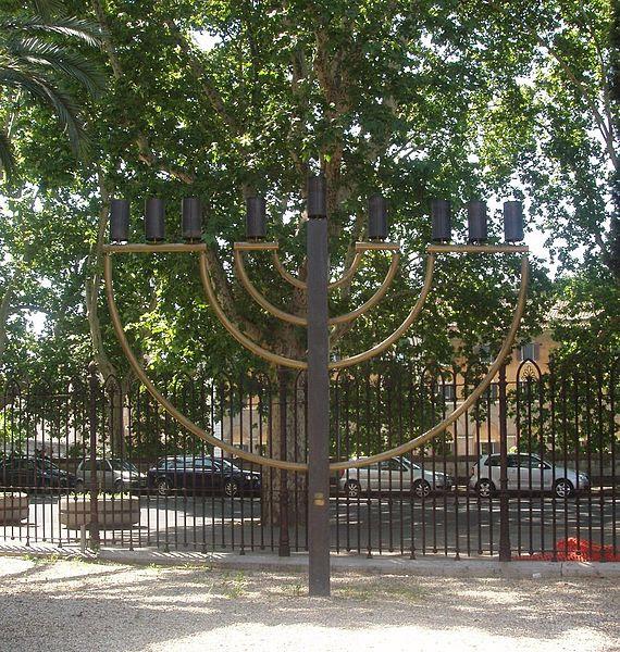 Fil: Chanukkiyah - Tempio Maggiore di Roma.JPG