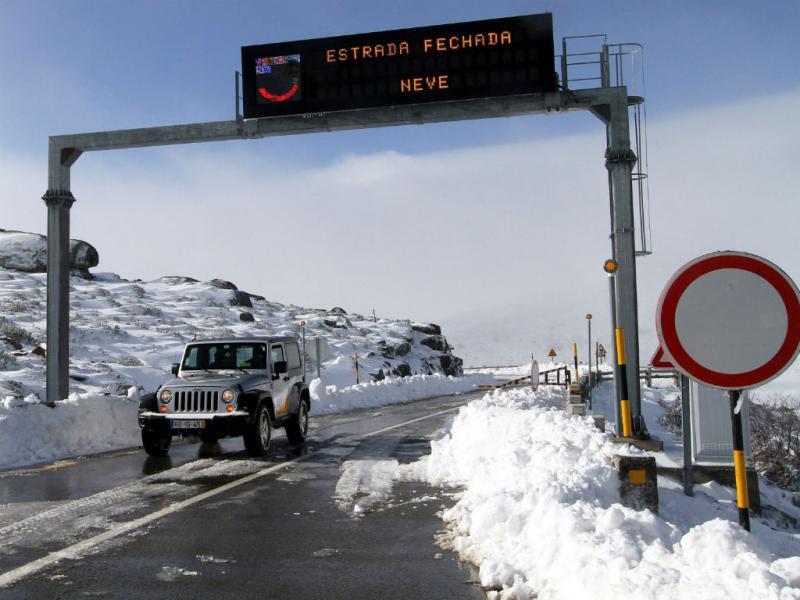 Resultado de imagem para Acessos ao maciço central da Serra da Estrela cortados devido à neve