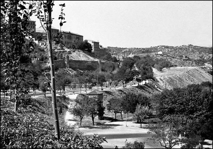 Paseo de Recaredo desde el Paseo de la Vega en Toledo en 1967. Fotografía de John Fyfe