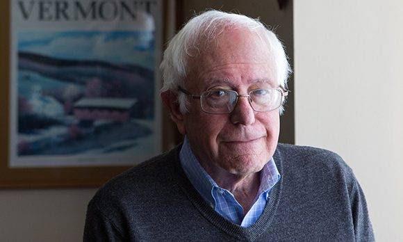 """Bernie Sanders concede una entrevista a The Guardian """"Vestido con ropa informal, Sanders entra rápidamente en su oficina. Tiene el pelo blanco despeinado y la apariencia de alguien que ha sido interrumpido mientras estudiaba muy concentrado"""". Foto: The Guardian."""