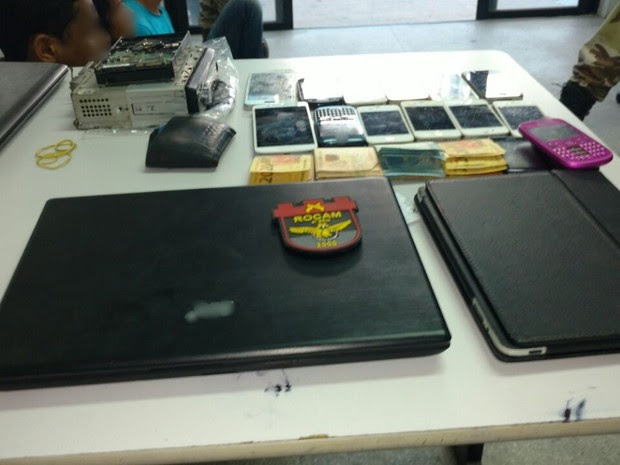 Com o suspeito foram encontrados celulares, notebooks e dinheiro (Foto: Divulgação/Polícia Militar)