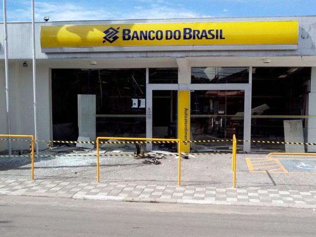 Quadrilha explode caixas eletrônicos dos três bancos de Santa Branca, SP (Foto: Eduardo Marcondes/ TV Vanguarda)