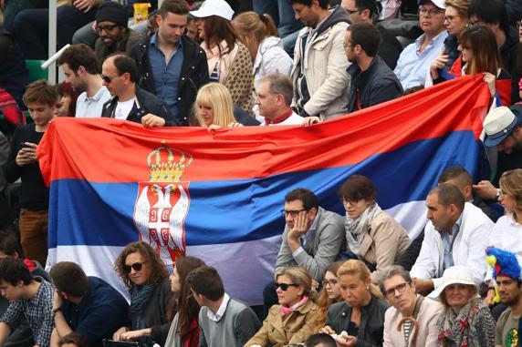 Aficionados serbios animando a Novak Djokovic en la grada de l Estadio Philippe Chatrier de Roland Garros