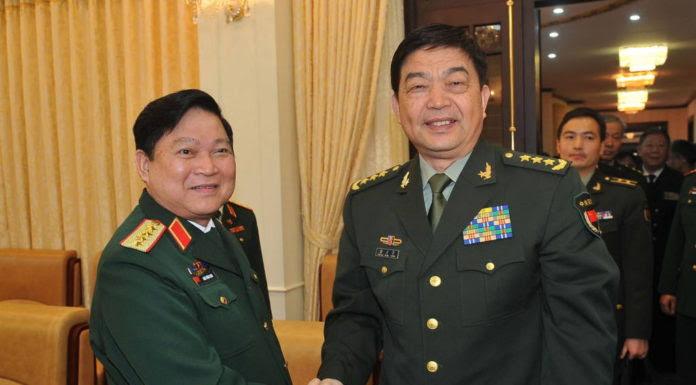 Ông Thường Vạn Toàn (phải) và ông Ngô Xuân Lịch gặp nhau tại Hà Nội hồi Tháng Ba. (Hình: VIETNAM NEWS AGENCY/AFP/Getty Images)