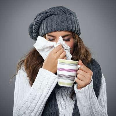 """Gripes e resfriadosSegundo Mark Zawadsky, cirurgião ortopédico do MedStar Georgetown, de Washington, a dor nas costaspode ser um sintoma da gripe ou do resfriado. Ele explica, que sob estas condições, """"o hormônio do estresse pode potencializar o sentimento de dor"""". E nãoé só isso: durante o resfriado, o corpo produz pirógenos, o subproduto da ruptura das células. """"Enquanto os pirógenos geram febre e ajudam o corpo a lutar contra a infecção, eles também são tóxicos para o corpo e contribuem para aquela sensação de corpo dolorido que temos quando estamos doentes"""", explica John Stamatos, do Syosset Hospital, de Nova York"""