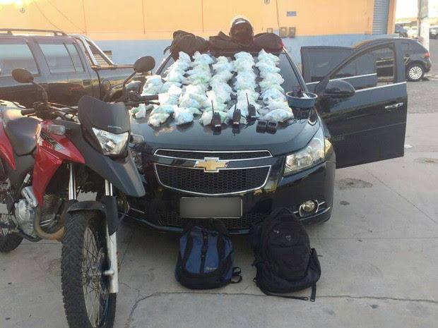 Cápsulas de cocaína foram achadas em carro roubado (Foto: Polícia Militar/Divulgação)
