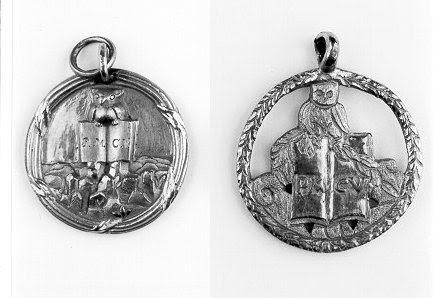 """A primeira série dos Illuminati da Baviera foi chamado de """"Minerval"""" e foi representada por Coruja de Minerva.  Este pingente foi usado por real Illuminati da Baviera iniciados.  O logotipo da Bohemian Grove também é inspirado por este símbolo."""