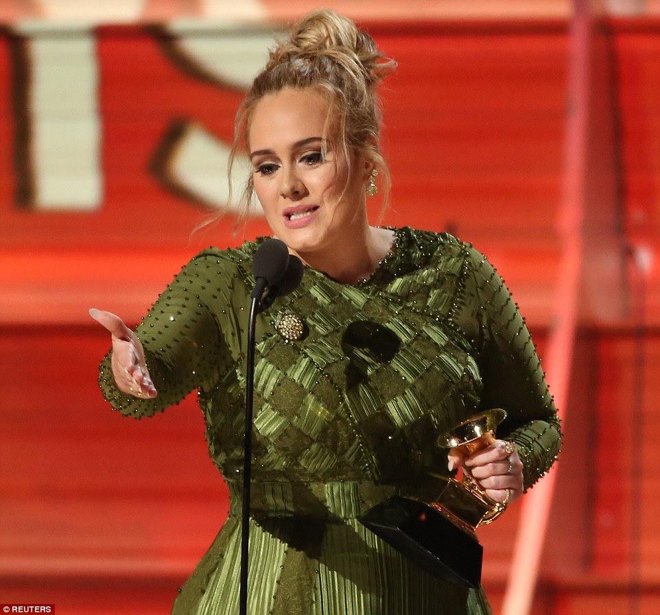 """""""Eu não posso aceitar este prêmio"""": A cantora de 28 anos de idade chorava sobre Beyonce no final da noite quando ela disse: """"Estou muito grato, mas o artista da minha vida é Beyonce"""""""