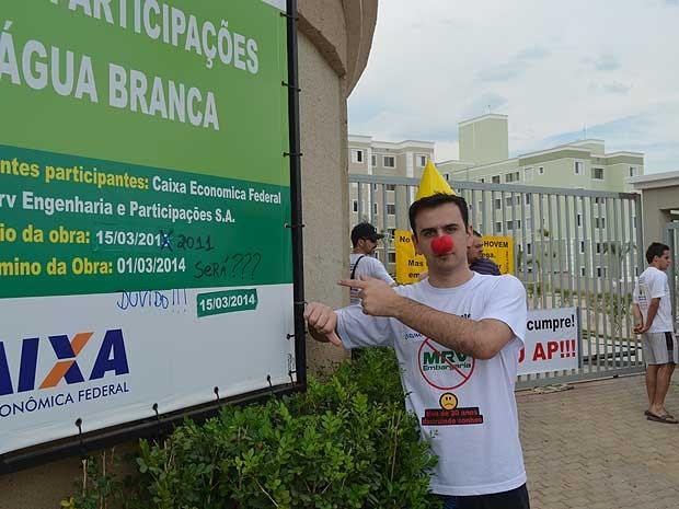 Projetista participa de protesto em frente a condomínio da MRV, em Campinas, após 2 anos de atraso na entrega dos apartamentos (Foto: Fernando Pacífico/G1 Campinas)
