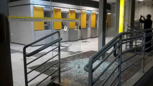 Explosão estilhaçou vidraças e destruiu as frentes dos caixas, mas compartimento das cédulas não foi violado  (Foto: Janilson)