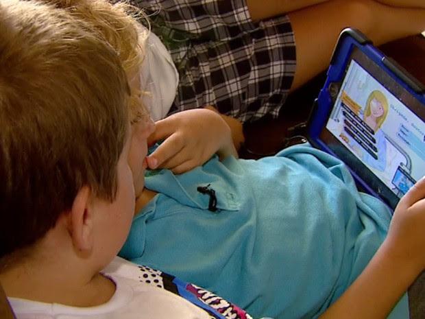 Crianças brincam com aparelho eletrônico em Campinas (Foto: Reprodução / TV Globo)