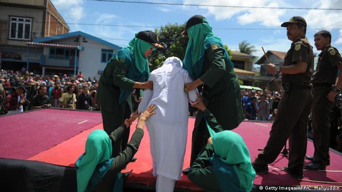 Indonesien | Scharia Polizei Bestrafung in Aceh (Getty Images/AFP/C. Mahyuddin)
