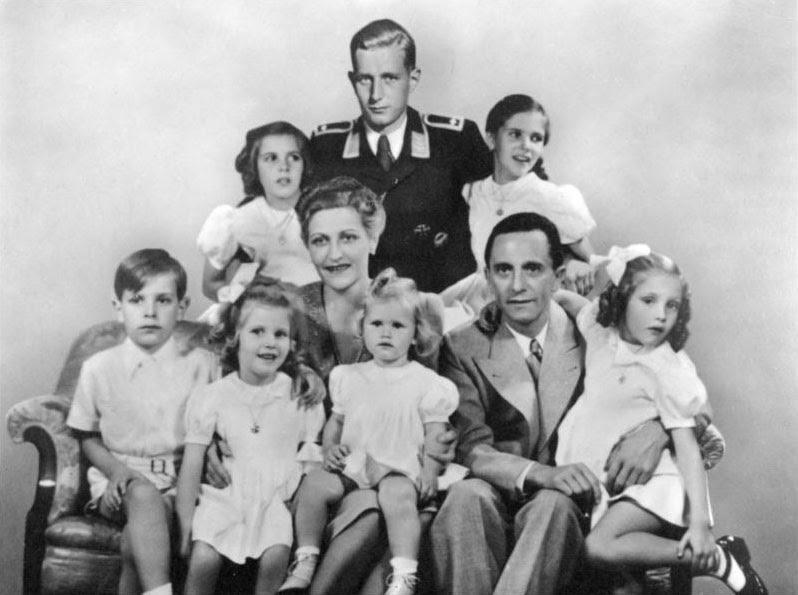 Archivo: Bundesarchiv Bild 146-1978-086-03, Joseph Goebbels mit Familie.jpg