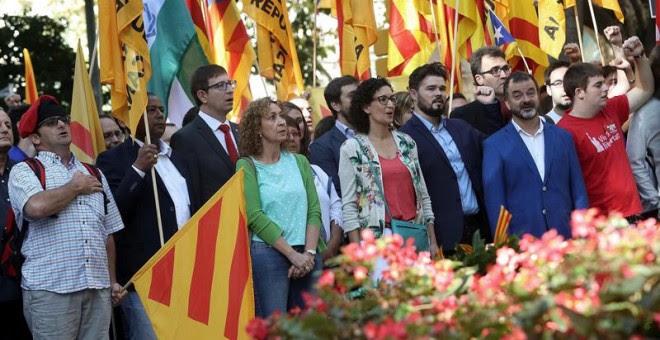 Los dirigentes de ERC, Marta Rovira (cuarta por la izquierda) y Gabriel Rufián (tercero por la derecha) junto al conseller de Justica, Carles Mundó (tercero por la izquierda) en la ofrenda floral de ERC. EFE/Toni Albir