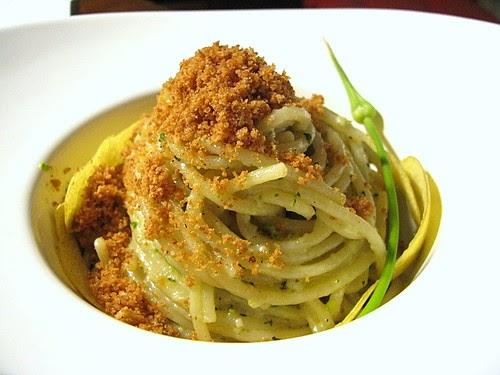 Spaghetti con aglio selvatico timo e pistacchi ombra for Come costruire un mazzo di portico anteriore
