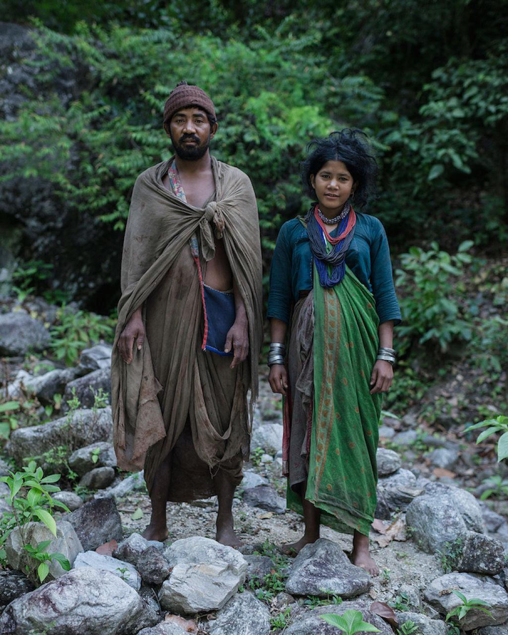 Fotógrafo documenta os últimos caçadores-coletores de tribo do Himalaia 14