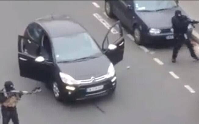 Ataque a sede de revista em Paris deixa ao menos 12 mortos. Veja imagens