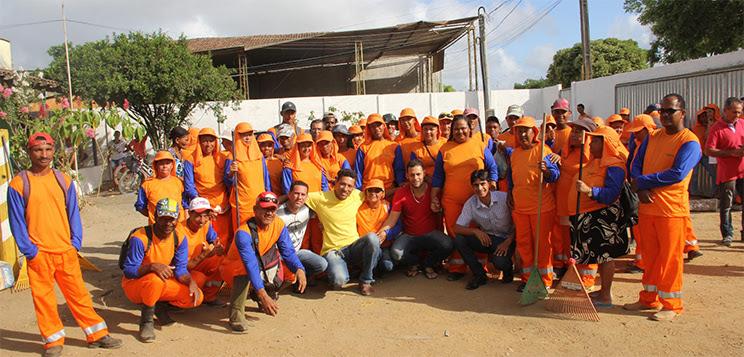 Vereadores acompanharam a entrega dos uniformes  (Foto: Alex Barbosa/Bahia Dia a Dia)