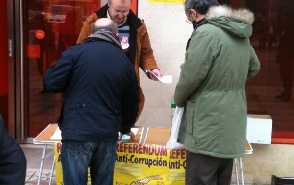 Una de las mesas de votación instalada en la C/ Vitoria