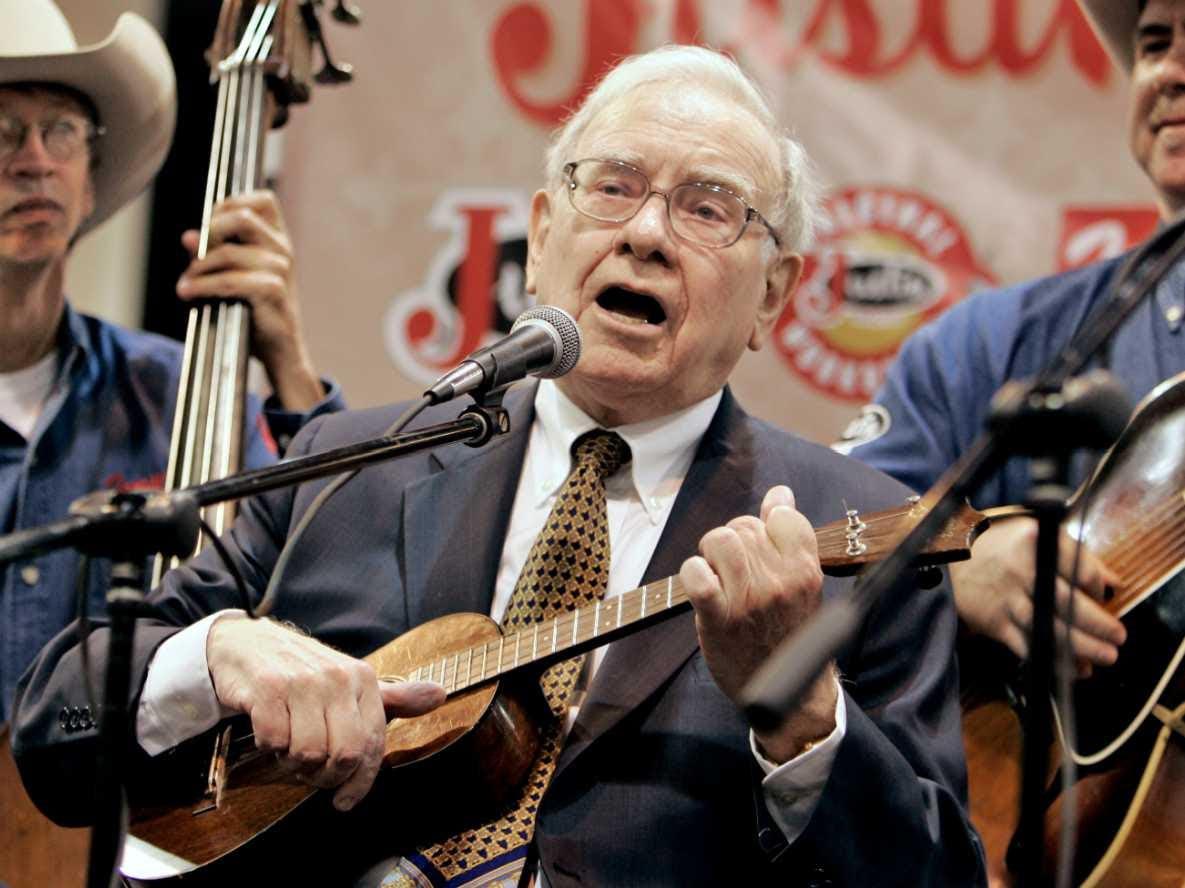 Warren Buffet plays the ukulele