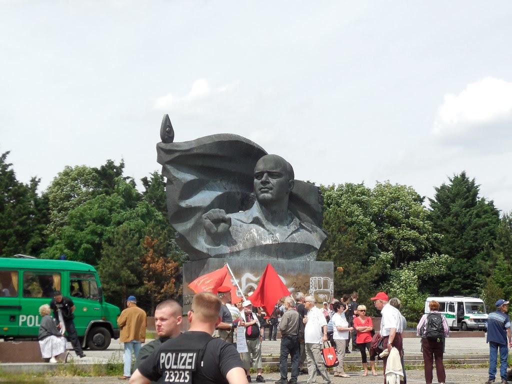 gegendemonstranten vorm Thälmanndenkmal