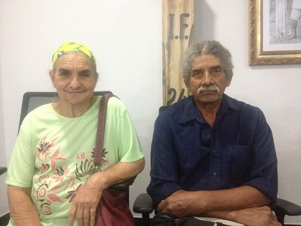 Edmundo e a esposa esperavam pelo título definitivo há 20 anos em Porto Velho (Foto: Hosana Morais/G1)