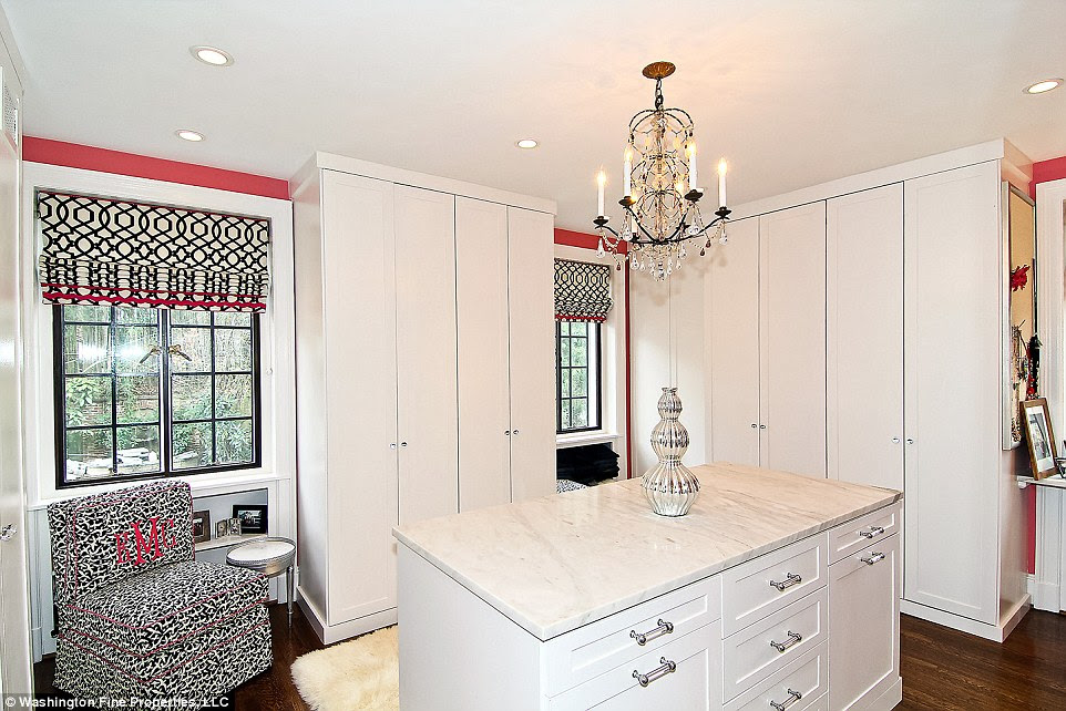 Espaço para armazenamento: A suite principal tem uma área de vestir com espaço amplo armário, que poderia ser útil para senso de moda de Michelle