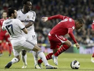 El defensa del Real Madrid Álvaro Arbeloa (i) lucha el balón con José Antonio Reyes, del Sevilla CF, durante el partido, correspondiente a la vigésimo tercera jornada de Liga de Primera División, disputado en el estadio Santiago Bernabéu, en Madrid. EFE