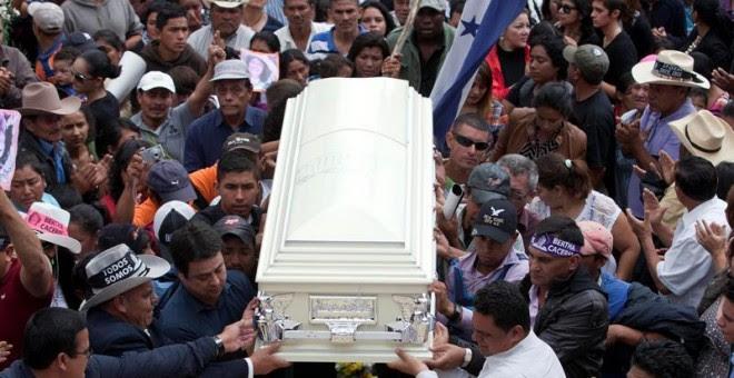 Imagen del sepelio  de la dirigente indigenista asesinada Berta Cáceres en La Esperanza (Honduras), su ciudad natal EFE/STR