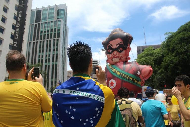 Manisfestantes reúnem-se na avenida Paulista, em ato contra o governo Dilma Rousseff, em dezembro de 2015 (foto: André Tambucci / Fotos Públicas)