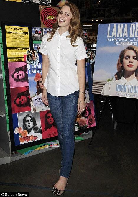 Glamour discreto: Lana emparelhado com sua camisa azul jeans skinny