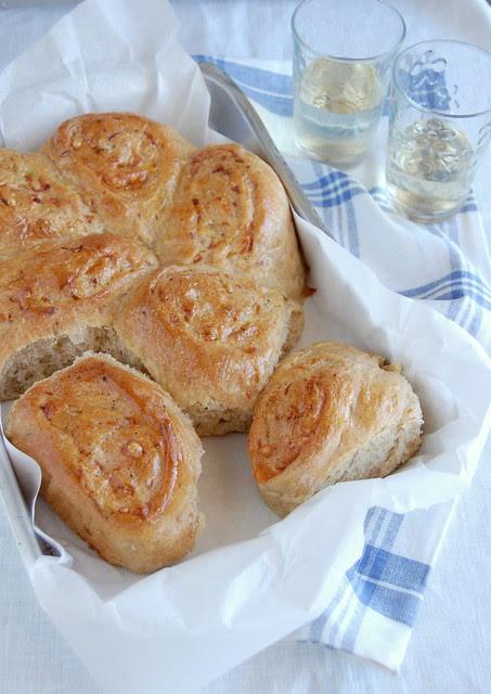 Cheese and onion scrolls / Pãezinhos de cebola e queijo