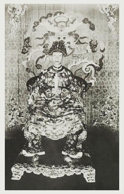 1919 Sa Majesté Khai Dinh, empereur d'Annam, dans la salle du trône