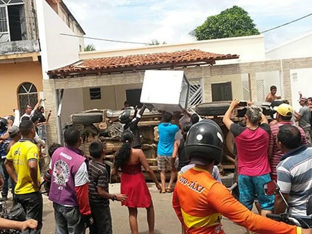 Grupo se concentrou nas ruas para cobrar pagamento atrasdo (Foto: Arquivo Pessoal)