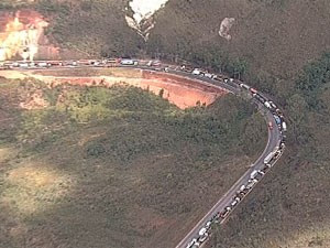 Acidente fechou BR-040 e provocou congestionamento em MG (Foto: Reprodução/TV Globo)