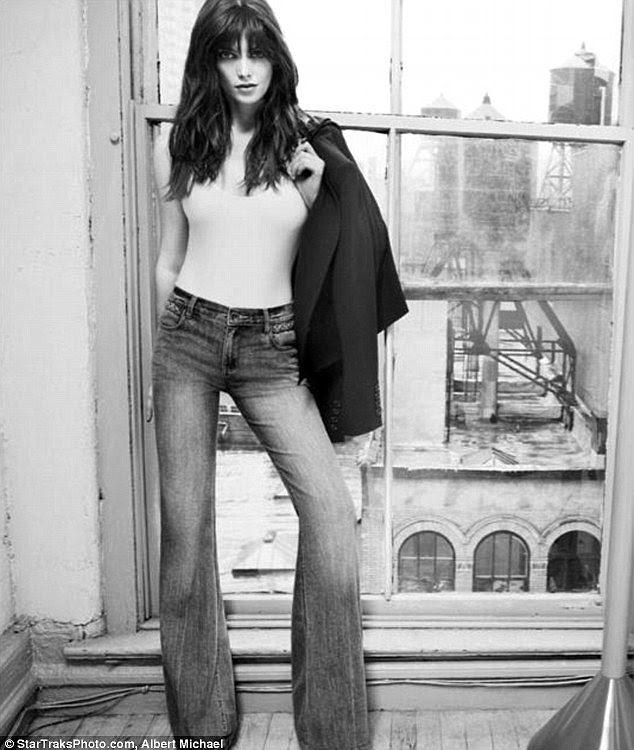 Mostrando alguns incendiar: modelos Ashley perna-wide DKNY perna larga jeans na billboard