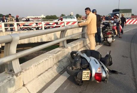 Hình ảnh Hải Dương: Chồng lái xe máy đâm vào thành cầu, vợ rơi xuống đất tử vong số 1
