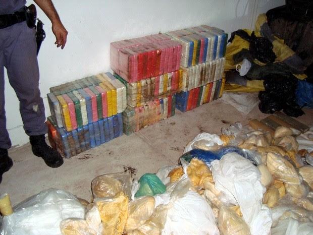 """Drogas encontradas dentro de """"bunker"""" em fazenda de Piracicaba (Foto: Divulgação/PF e Rota)"""