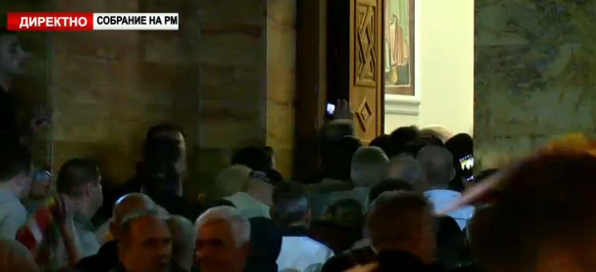 EKTAKTO: Διαλύονται τα Σκόπια – Εισβολή οπαδών του Γκρούεφσκι στη Βουλή – Ξυλοφόρτωσαν τον αρχηγό της αντιπολίτευσης - Εικόνα13