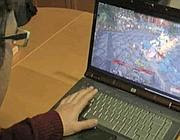 Un giovane alle prese con un war game online