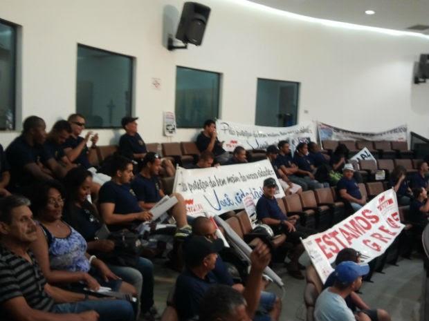 Guardas municipais e demitidos fazem ato na Câmara de Jacareí, SP (Foto: Paula Pessoa/G1)
