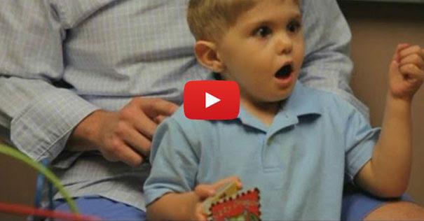 Η στιγμή που ένα κωφό αγόρι 3 ετών ακούει για πρώτη φορά τη φωνή του πατέρα του